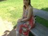 Mandy auf einer Bank vor dem Hauptgebaeude des Salem College