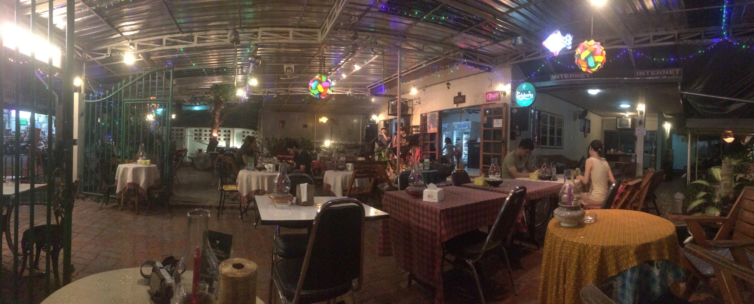 Ein Restaurant in Chiang Mai. Entspannte Atmosphäre, frische Fruchtsäfte und Live-Musik