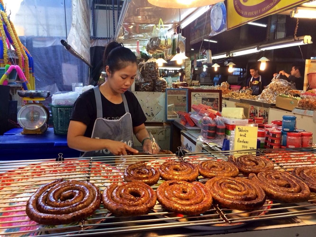 """Ein """"Night Market"""" mit berühmter scharfer Wurst. Ähnelt sehr der deutschen Bratwurstschnecke"""