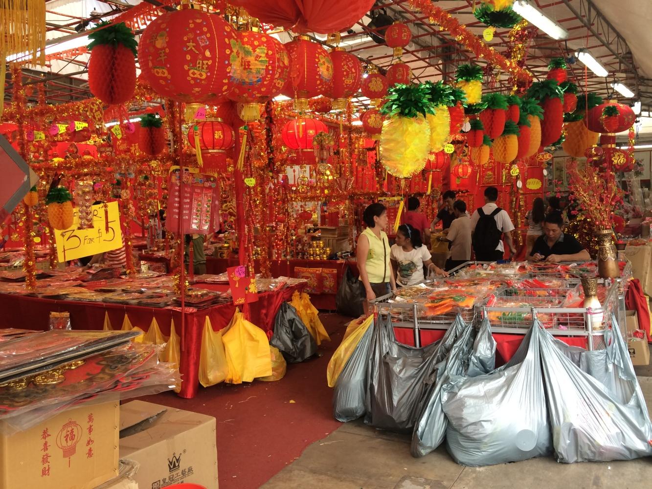 Alles rot. Ein Geschäft das Deko fürs Fest verkauft
