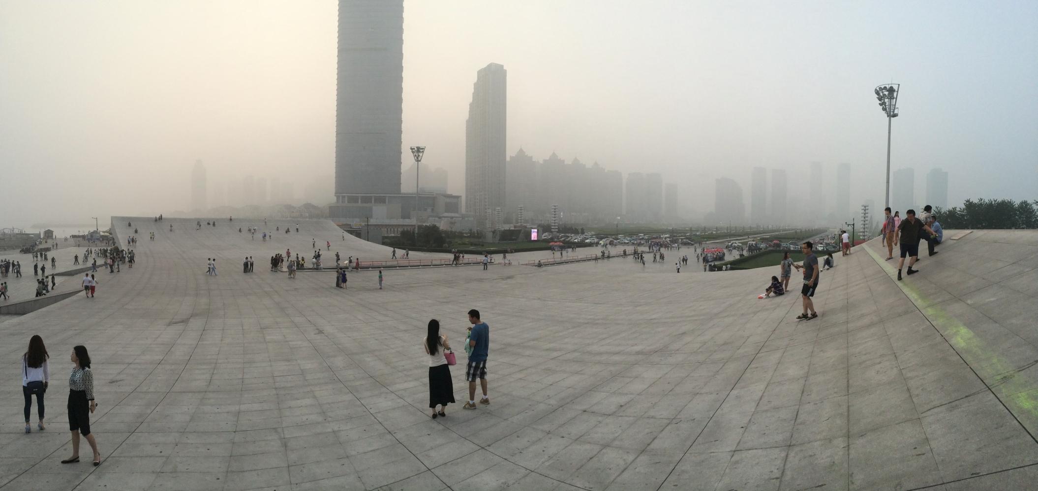 Xinghai Square. Großer Platz in Form eines offenen Buches