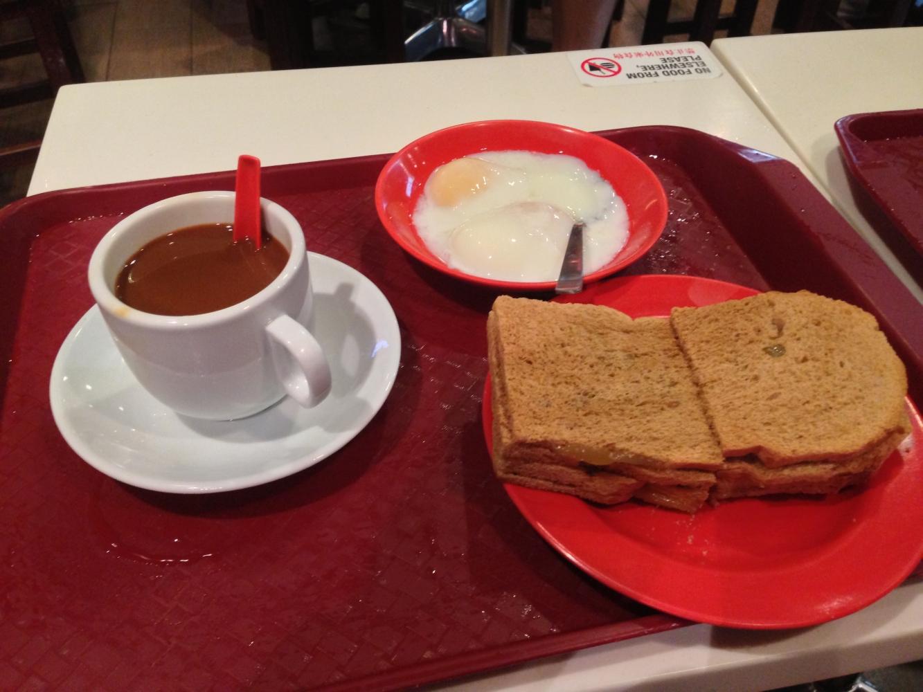 Typisches Frühstück: Kopi und Kaya Toast (Süßer Kaffee und Toast mit Kokusnussmarmelade)