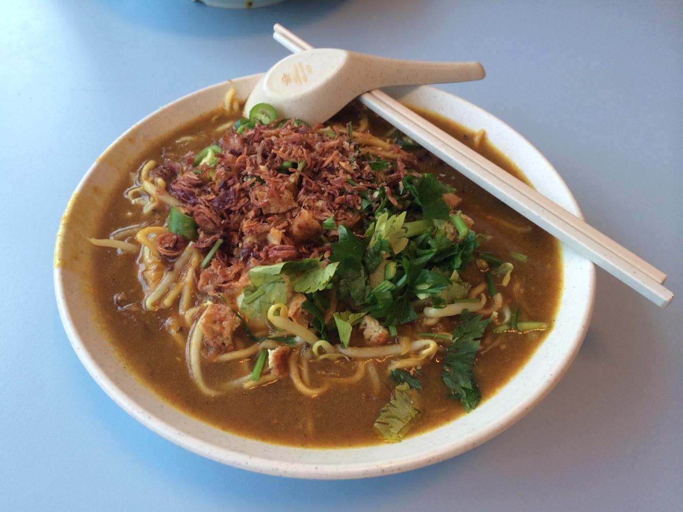 Mee Rebus - Indonesisches Nudelgericht mit Garnelen, Croutons, Limettenblättern, Frühlingszwiebeln, und Bratensoße