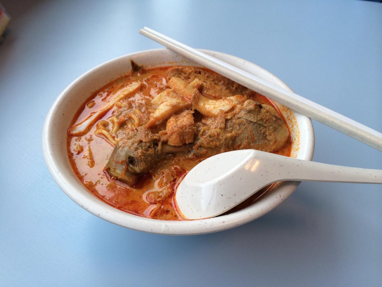 Curry Noodle - Thai Nudelgericht mit Tofustreifen, ganzer Hähnchenkeule und scharfer Curry-Soße