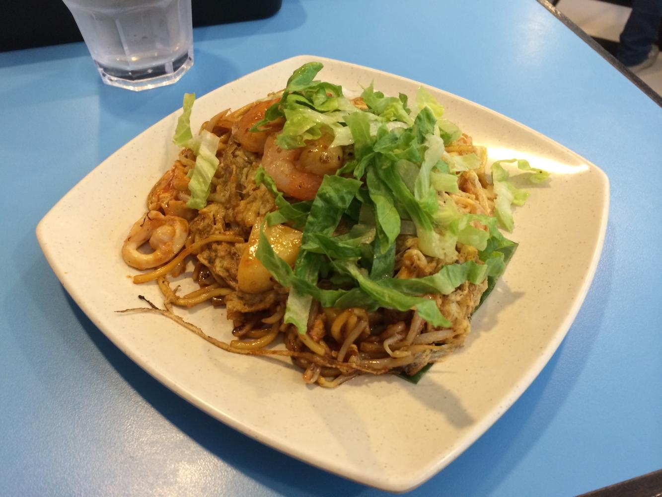 Mee Goreng - Malaysisches Gericht mit gebratenen Nudeln, Garnelen, Ei, und Blätterkohl