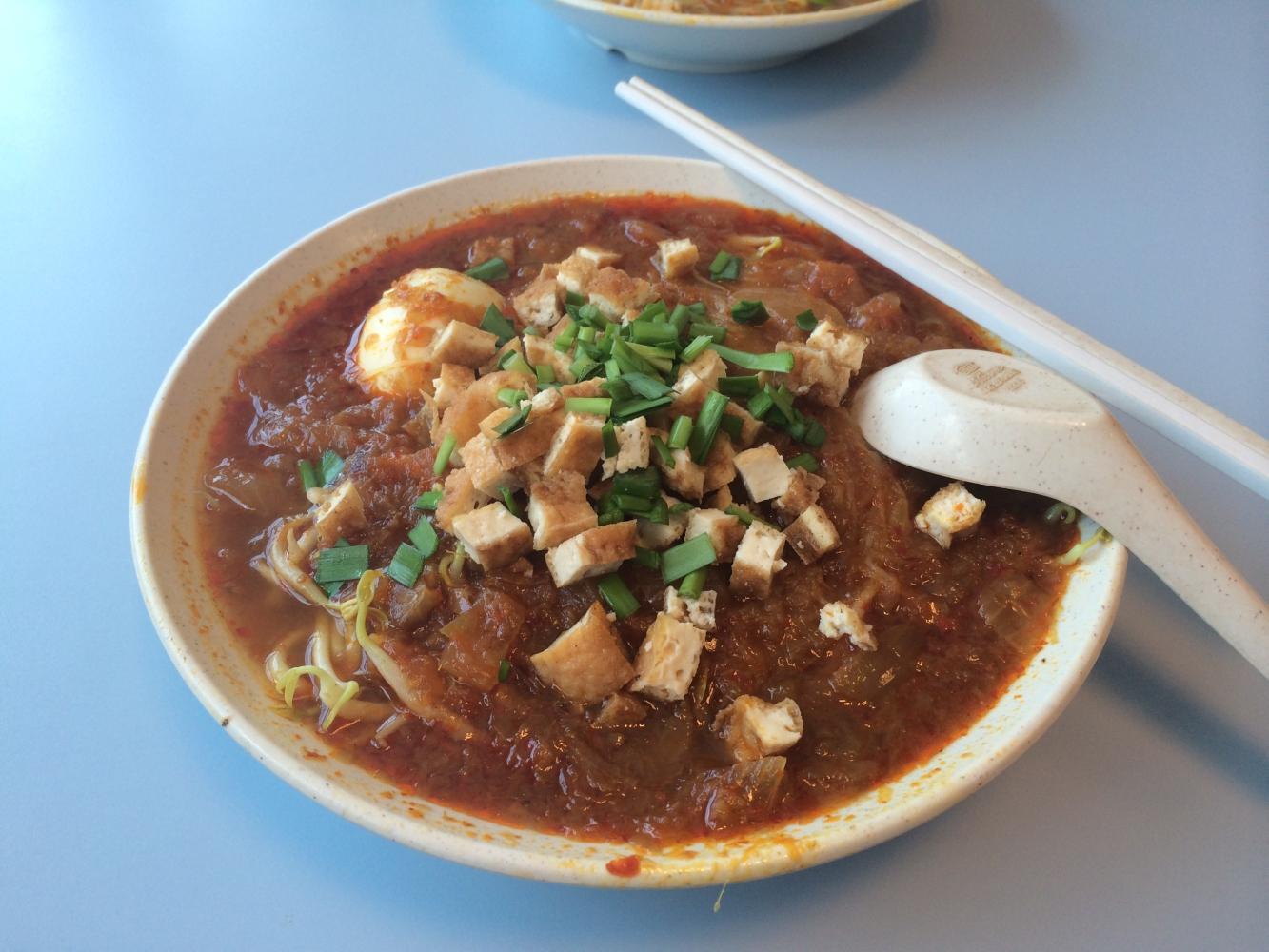 Nonya Mee Siam - Singapurianisches Nudelgericht mit Tofu, gekochtem Ei, Sprossen, Garnelenpaste und Bratensoße