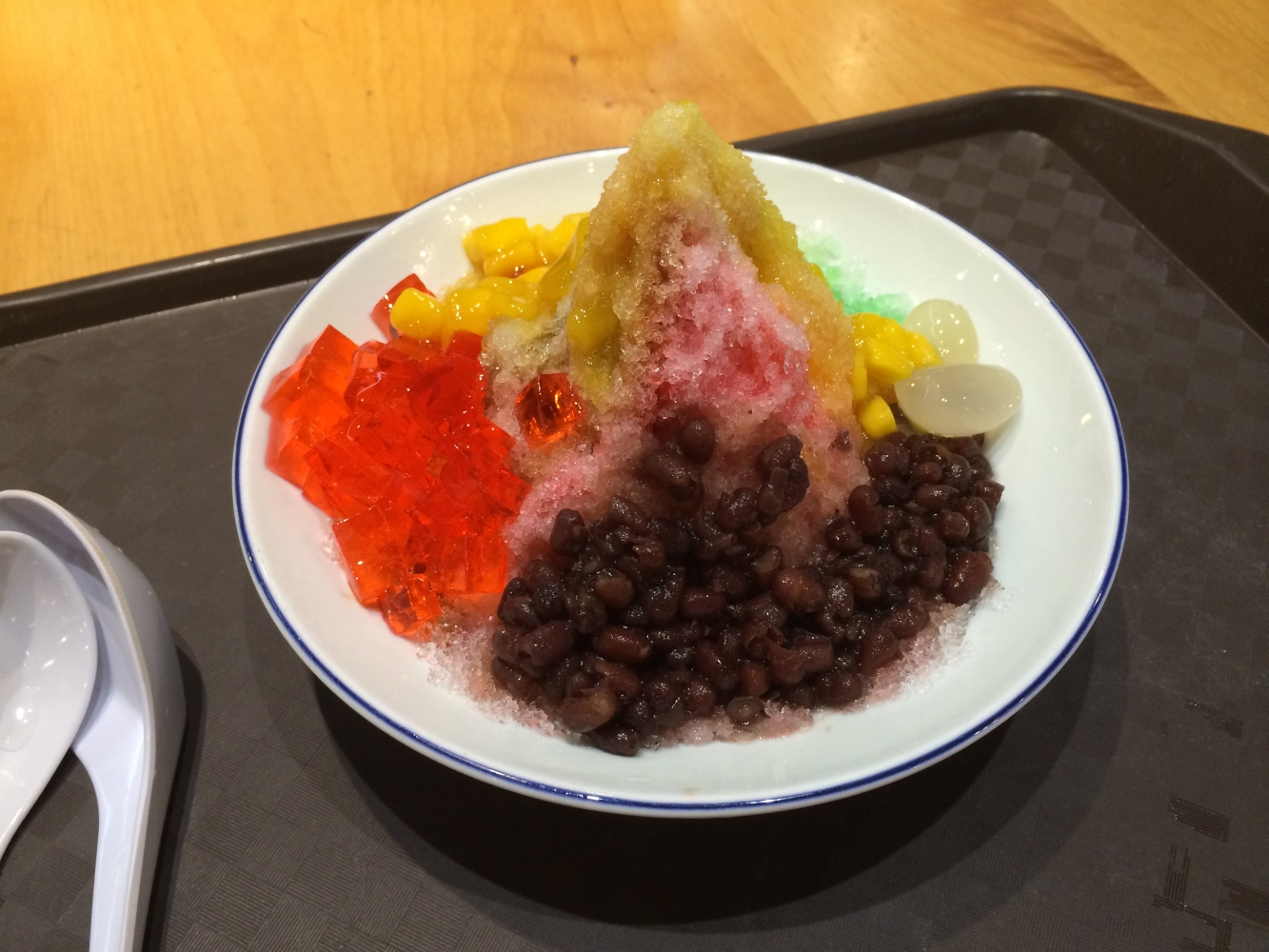 Ice Kachang - Malaysische Nachspeise mit Rasureis, roten Bohnen, Mangostückchen, und Minzgelee