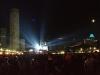 Die Padang-Bühne während dem Rihanna-Konzert. Im Hintergrund links mein Hotel (der große Turm)