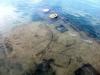 Da die Bucht recht flach ist liegt das Schiff unmittelbar unter der Wasseroberfläche