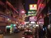 Helle Neonlichter und große Werbeschilder sieht man fast überall