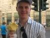 Martin freut sich über sein riesiges Maracuja-Eis!
