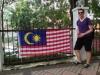 Gerrit vor der malaysischen Fahne