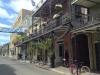 Einmaliger Häuserstil: Ausladende Balkone mit gusseisernen Geländern (1/2)