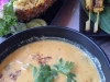 Hühnchen-Curry, Fleischspieße und Ananasreis