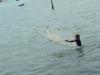 Ein Fischer bei der Arbeit, direkt am Strand.