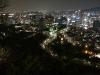 Blick vom Namsam-Berg auf die Stadt bei Nacht