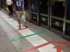 Bitte richtig Anstehen an der U-Bahn-Station!
