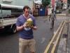 Gerrit genießt einen frischen Kokosnusssaft