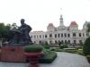 Das Rathaus mit Statue die Ho Chi Minh im Vordergrund